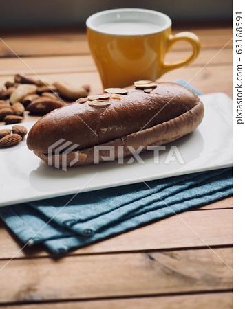 新鮮的圓形甜巧克力奶油麵包 63188591