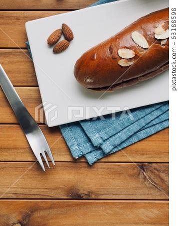 신선한 원형모양의 달콤한 초코 크림 빵  63188598