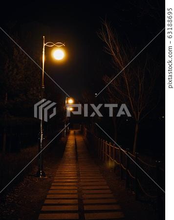 한국의 밤거리와 가로등  63188695