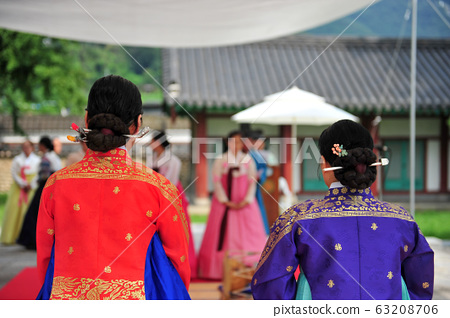 The back of a woman in hanbok 63208706