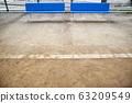 遊樂場沙子與藍色長凳 63209549