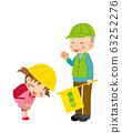 小学女孩礼貌地向一个引导交通的绿人鞠躬 63252276