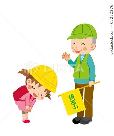 小學女孩禮貌地向一個引導交通的綠人鞠躬 63252276