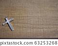 十字架放在木桌上 63253268