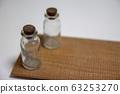 小瓶放在白色的桌子上 63253270