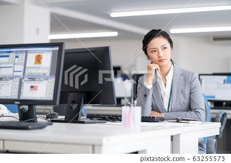 中年女人在辦公室裡困擾 63255573