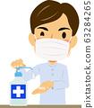 亚洲男子戴着面具消毒手 63284265