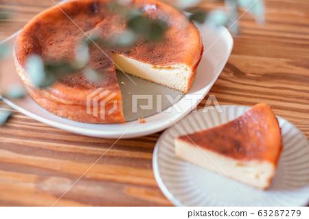 Whole cheese cake 63287279