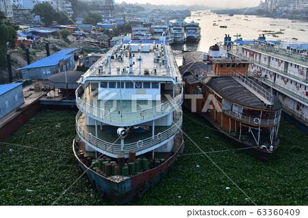 방글라데시 다카 선착장 쇼도루갓토 부리곤가 강 정류 복고풍 중형 여객선 63360409