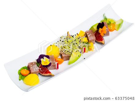 Seared tuna with avocado, mango, figs 63375048