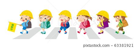횡단 보도를 건너 귀여운 초등학생의 아이들 63381921