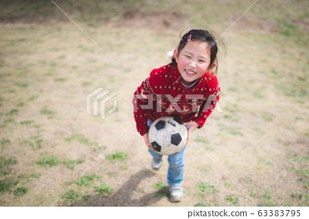 축구 공 가지고 노는 소녀 63383795