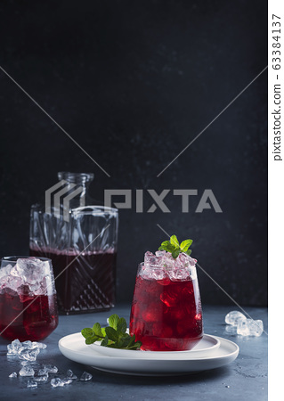 Red cockatil with ice and mint 63384137