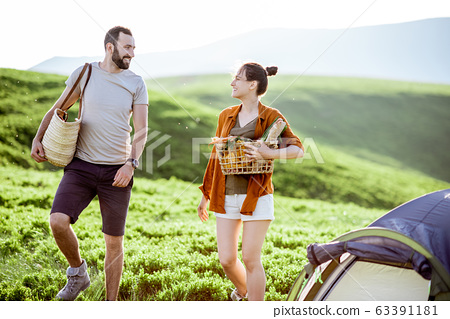 Young couple traveling in the mountains 63391181