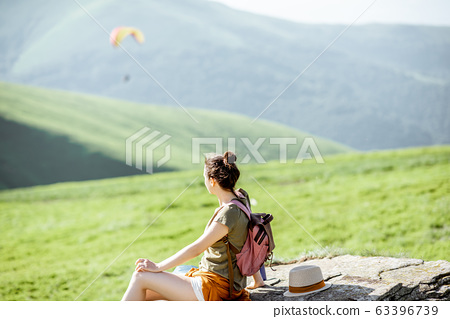 Woman hiking in the mountains 63396739