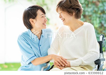 간호 휠체어 간병인 수석 여성 의료 이미지 63399912