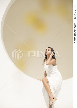 女人穿著白色連衣裙的畫像 63427050