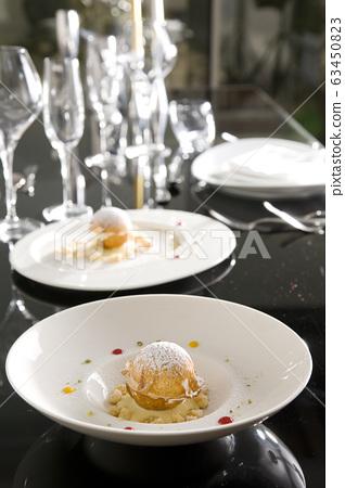 黑色的桌子上的豪華食物 63450823