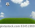 3D 렌더링 의한 푸른 하늘에 걷어차 다 된 축구 공과 초원의 일러스트 63451969