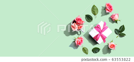Gift box with pink roses overhead view 63553822