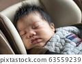 베이비 시트에서자는 생후 1 개월의 남아 63559239