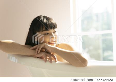 一個女人在浴室裡放鬆 63564428