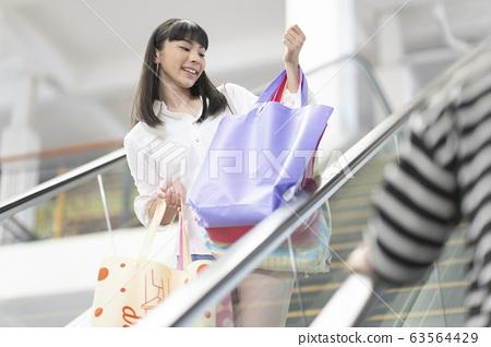 享受購物的年輕夫婦 63564429