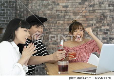 在室內興奮的男女團體 63564476