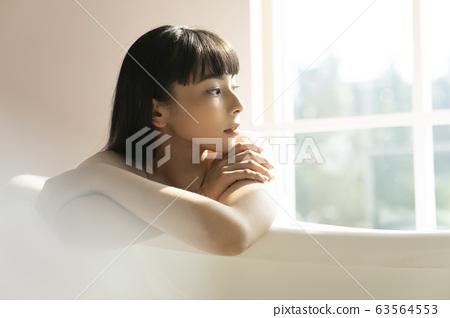 一個女人在浴室裡放鬆 63564553