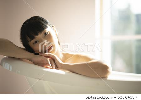 一個女人在浴室裡放鬆 63564557