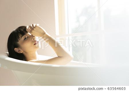 一個女人在浴室裡放鬆 63564603