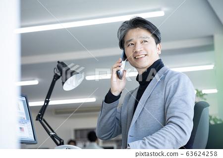 休閒商務智能手機智能手機辦公桌工作40多歲50多歲男性 63624258