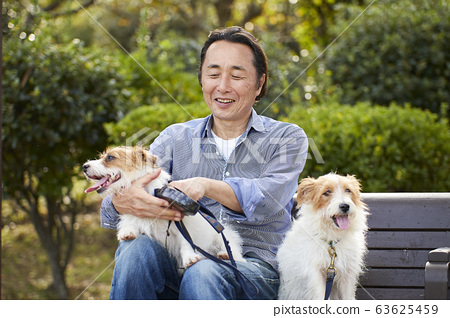 老人活躍狗寵物公園微笑 63625459