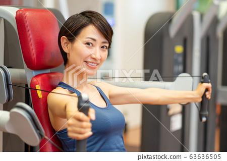 體育館中年婦女肌肉訓練體育俱樂部 63636505