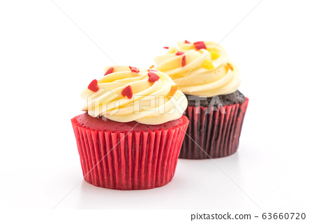 red velvet and chocolate cupcake 63660720