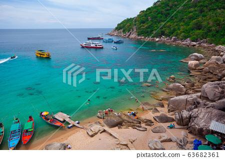 tourists snorkeling 63682361