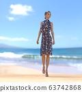 หญิงสาวในชุดฤดูร้อนยืนอยู่บนชายหาดที่มีภาพประกอบวัสดุ 3DCG 63742868