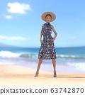หญิงสาวในชุดฤดูร้อนยืนอยู่บนชายหาดที่มีภาพประกอบวัสดุ 3DCG 63742870