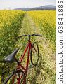 紅色的自行車和油菜田 63841885