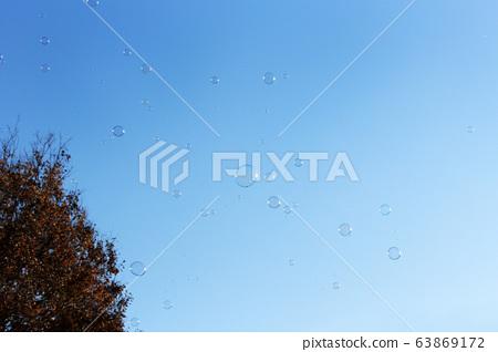 푸른 하늘에 비누 방울 63869172