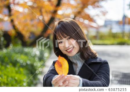 以Sakuranomiya公園秋葉為背景的微笑的少婦在宮古島,大阪市,大阪縣 63875255