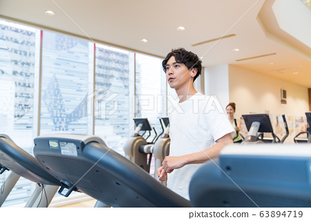 在健身房裡的年輕人 63894719