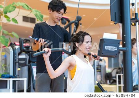 在健身房的年輕女子 63894784