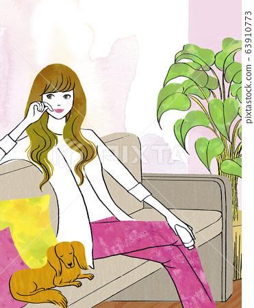 腊肠狗在家里放松的女人 63910773