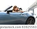 一個女人騎著一輛車 63925563