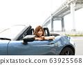 騎一輛開放汽車的婦女 63925568
