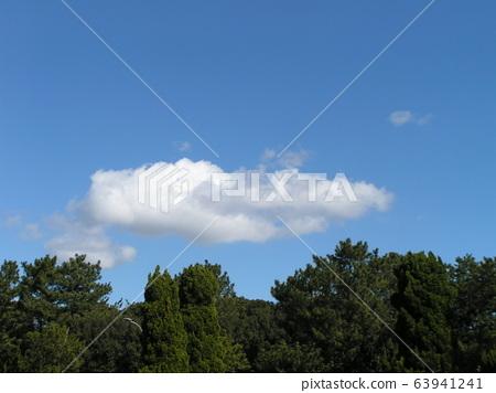 2 월의 푸른 하늘과 흰 구름 63941241