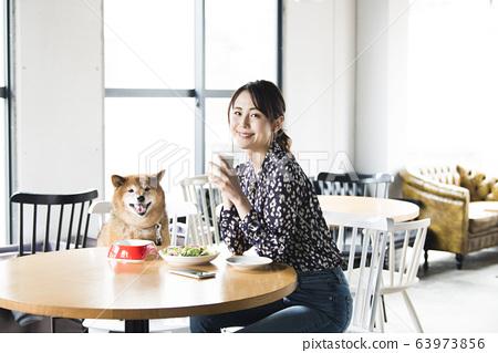 看著相機的碼頭咖啡館母狗 63973856