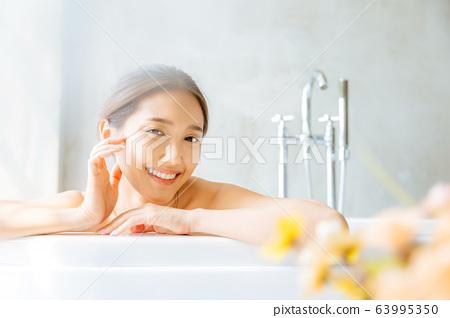 여성 성인 미인 목욕 시간 목욕 편안한 행복 63995350