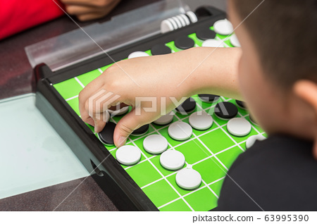 孩子們玩奧賽羅 63995390
